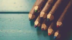 Foto de diversos lápis de madeira coloridos alinhados à direita.