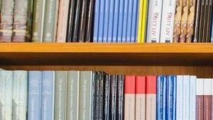 Foto de uma prateleira repleta de livros.