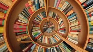Conjunto de livros dispostos em formato circular.