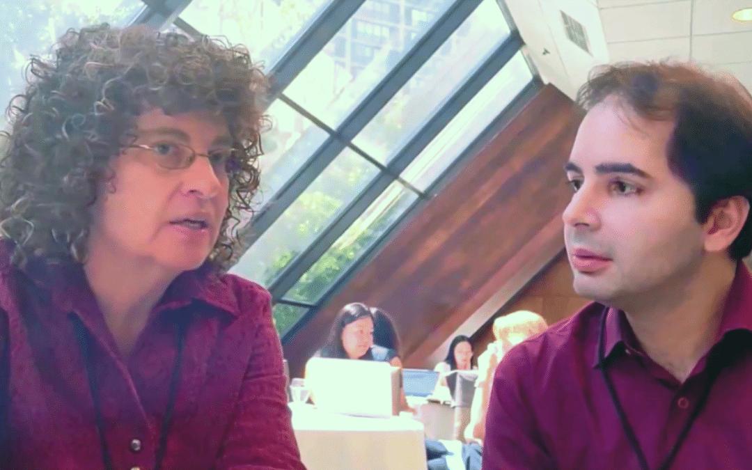 Foto dos pesquisadores Daphne Greenberg e Americo Amorim conversando sobre a qualidade no ensino a adultos analfabetos.
