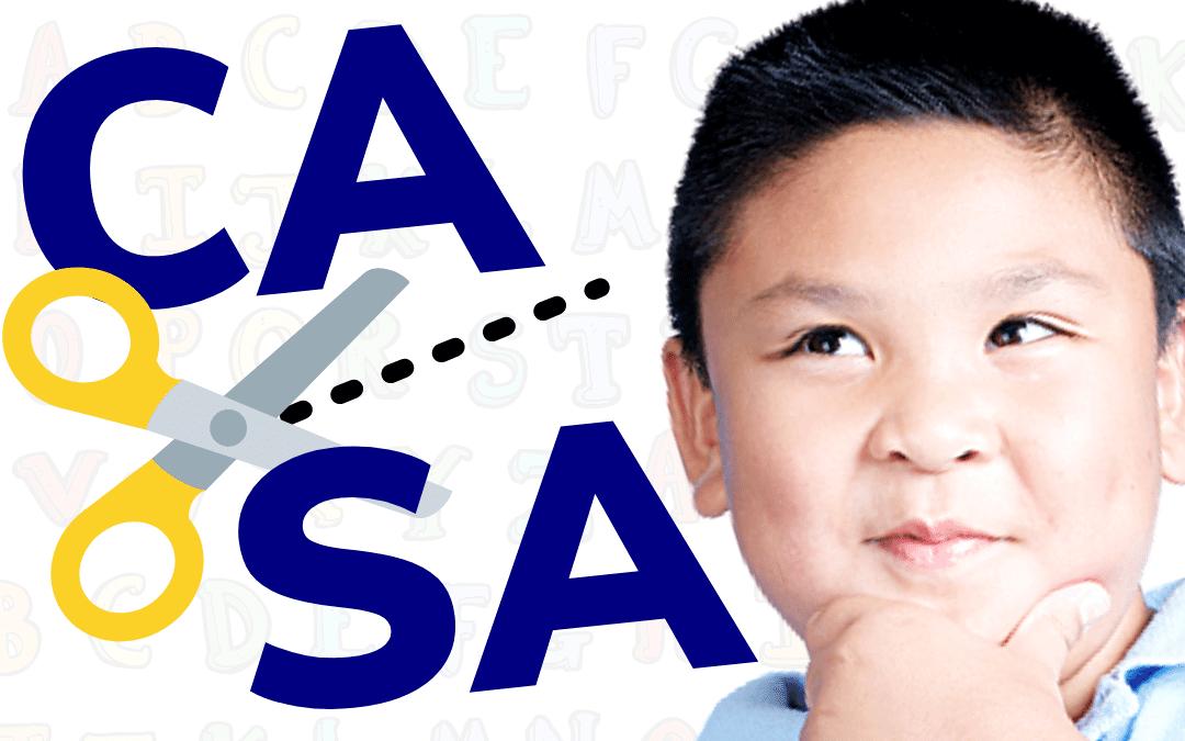Criança brincando de separar sílabas, habilidade de consciência fonológica.